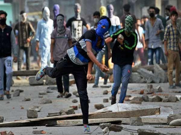 पत्थरबाजी में केंद्रीय रिजर्व पुलिस बल के दो जवान शहीद