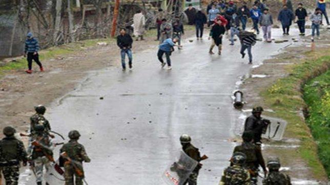 कश्मीर में सुरक्षाबलों पर पथराव, 2 जवान घायल