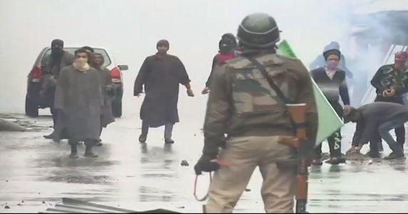 बड़गाम एनकाउंटर अपडेट- बड़गाम और पुलवामा में सुरक्षाबलों पर भारी पत्थरबाज़ी, आतंकियों का ठिकाना नेस्तानाबूद