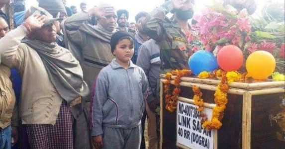 शहीद फौजी बेटे की टोपी पहन मां ने दी अंतिम विदाई, रो पड़े सेना के अफसर....