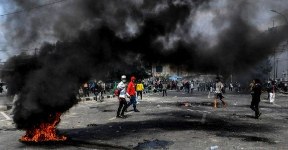 इंडोनेशिया में चुनाव नतीज़ों के बाद भड़के दंगे, विपक्षी पार्टी ने किया हार स्वीकारने से इंकार, लगाया धांधली का आरोप, देखिए तस्वीरें और वीडियो