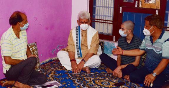 एलजी मनोज सिन्हा ने राकेश पंडिता के परिवार से की मुलाकात, परिवार को मिलेगी 40 लाख रुपये की अनुग्रह राशि