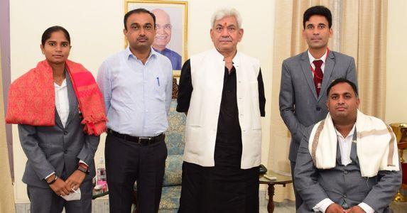 एलजी मनोज सिन्हा ने पैरालंपिक में शानदार प्रदर्शन करने वाले राकेश कुमार और ज्योति बालियान को किया सम्मानित